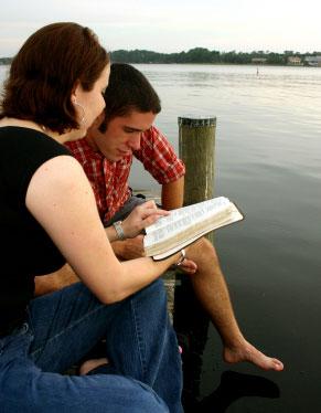 CREYENTES LEYENDO LA BIBLIA